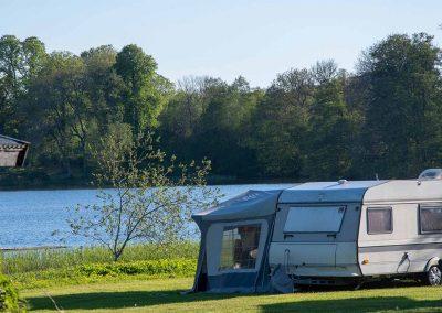 Husvagnsplats vid sjön på Valle Camping